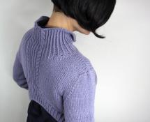 asymertyczny sweter z golfem i warkoczami