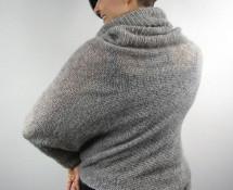 asymetryczny sweter z golfem