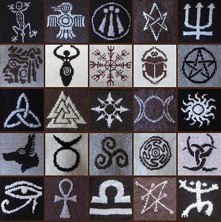 narzuta z pogańskimi symbolami