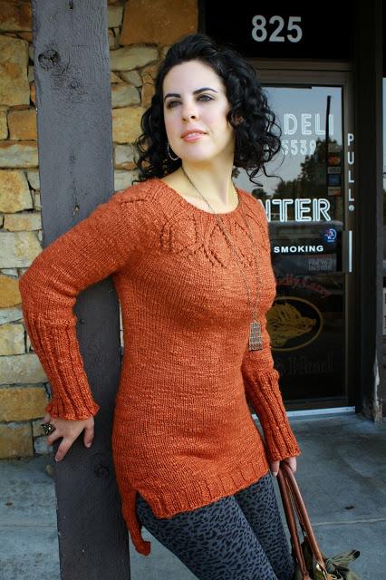 sweter na drutach z ozdobnym karczkiem