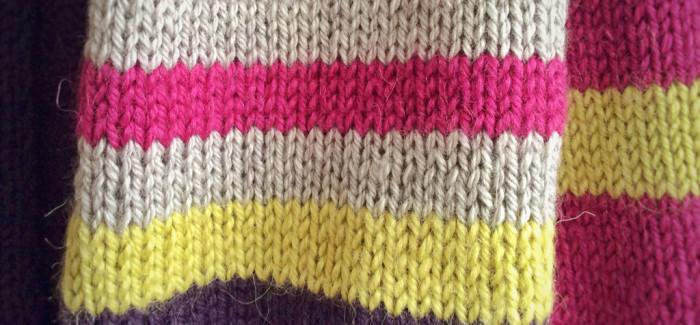pogromczyni kolorów w akcji, czyli długi i pasiasty, ręcznie dziergany szal, który podsunął mi Harry Potter